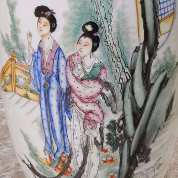 Picture of VAAS met decor van dames in een tuin: handvatten in de vorm van Fô-honden. 19de eeuw.